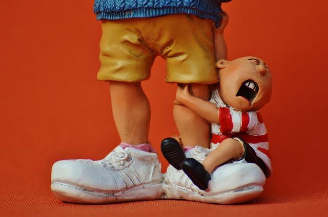 pupazzo di bambino attaccato alle gambe