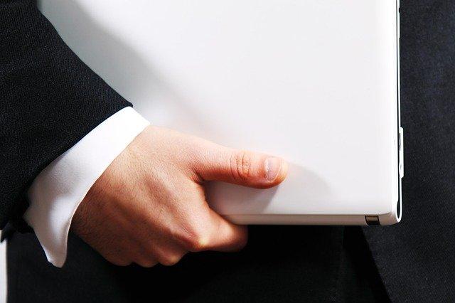 dettaglio braccio impiegato con computer