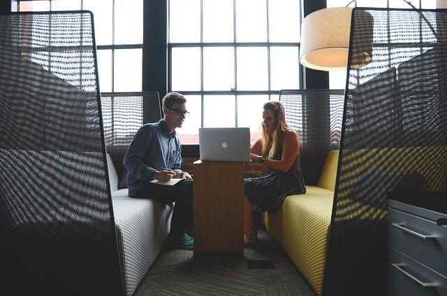 ragazzo e ragazza al computer