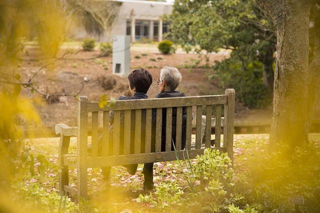 donne anziane su panchina di spalle