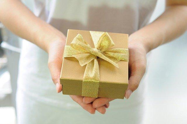 pacchetto regalo con fiocco dorato