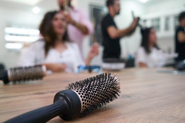spazzola in pimo piano e in sfondo salone parrucchiere