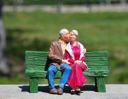 pupazzetti di coppia di anziani su panchina