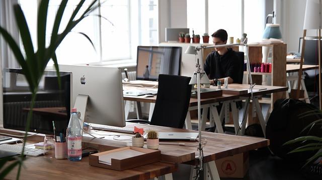 ufficio con dipendente alla scrivani
