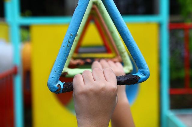 mani che afferrano attrezzi gioco e ginnastica
