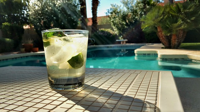 piscina di albergo con bicchiere drink primo piano