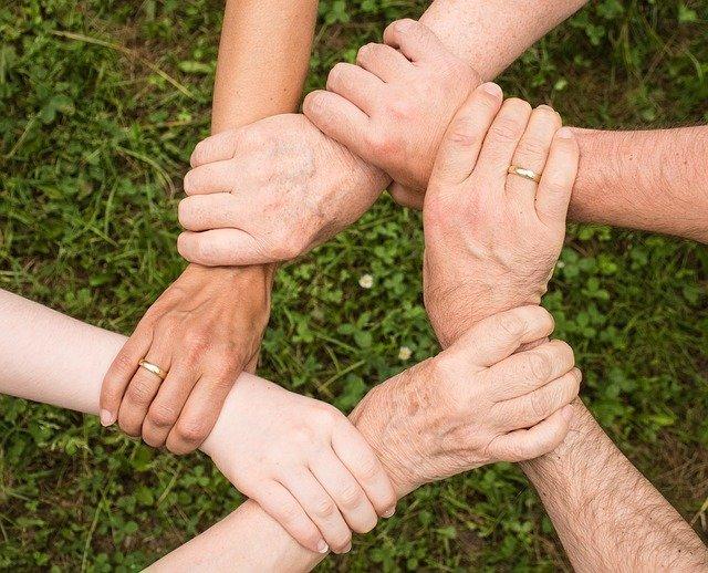 mani incrociate a formare una rete