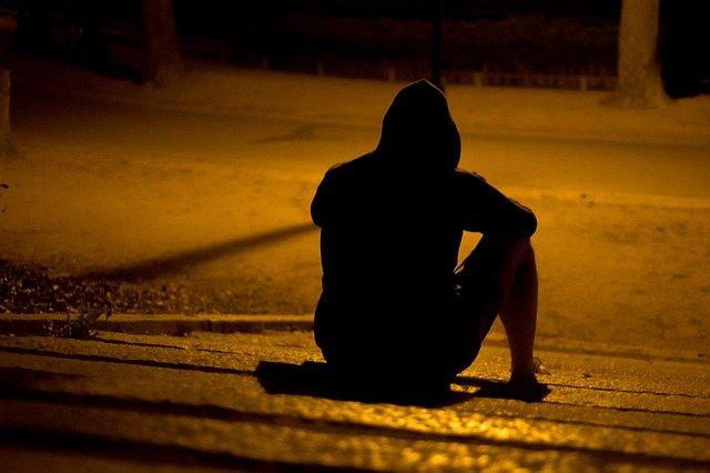 uomo solo su gradini di notte