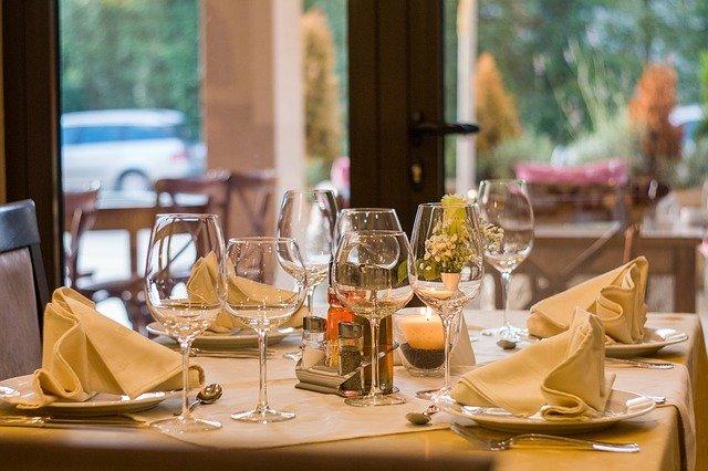 tavola apparecchiata di ristorante